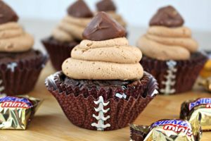 Chocolate SNICKERS Minis Cupcakes