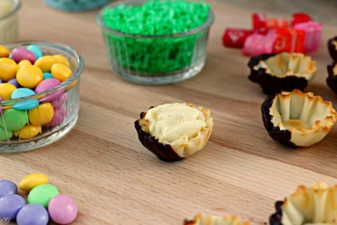 Pudding Easter Snack with coconut and filo cups