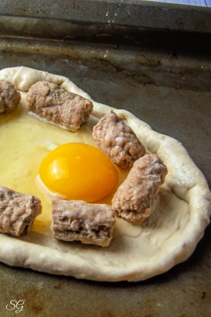 Egg and sausage breakfast pizza recipe making