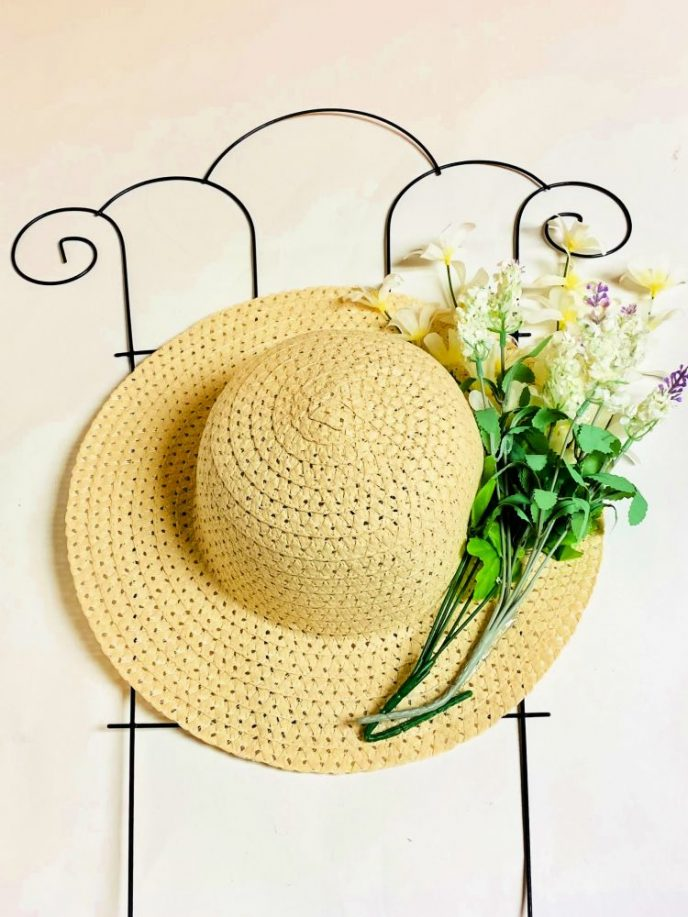 Hat and flowers glued to the trellis